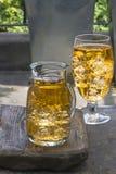 与冰块的苹果汁 免版税库存图片