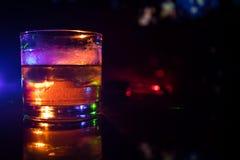 与冰块的选择聚焦纯净的威士忌酒在黑暗的有雾的背景酒精饮料概念的威士忌酒玻璃里面 库存照片