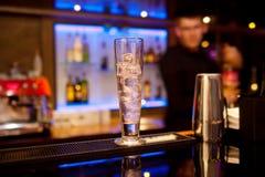 与冰块的高玻璃在酒吧柜台 免版税图库摄影