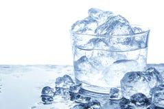 与冰块的水在玻璃 查出在白色,复制空间 库存图片