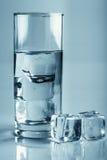 与冰块玻璃演播室射击的水 免版税库存照片