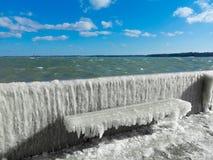 与冰外壳的冻长凳 库存照片
