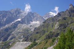 与冰川和森林的山风景在一个晴朗的夏日 免版税库存照片