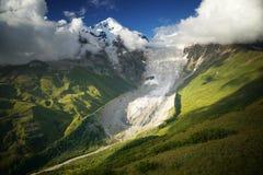 与冰川的多雪的山峰 库存图片
