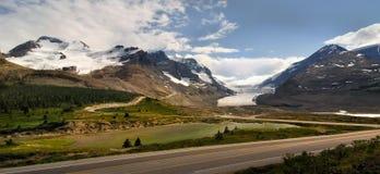 与冰川的山在亚伯大,加拿大 免版税图库摄影