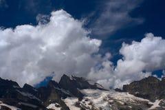山景高加索山脉,在Uzunkol河和峡谷附近 库存照片