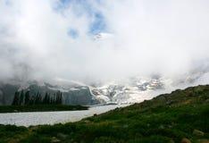与冰川的瑞尼尔山上面在雾 库存图片