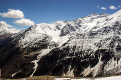 与冰川的积雪的黑暗的山峰 免版税库存照片