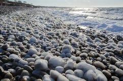 与冰川覆盖的石头的海岸 库存图片