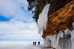 与冰柱和拷贝空间的大峭壁 图库摄影