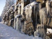 与冰柱的岩石峭壁 免版税图库摄影
