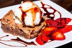 与冰淇凌和草莓,可口点心的可口果仁巧克力 库存照片