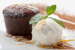 与冰淇凌球,杏仁,薄菏, c的温暖的巧克力蛋糕方旦糖 免版税库存照片