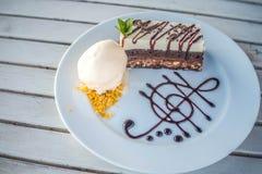 与冰淇凌的两口气蛋糕在盘 免版税图库摄影