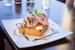 与冰淇凌的多士 免版税库存图片