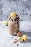 与冰淇凌的巧克力奶昔 免版税库存照片