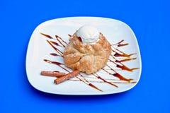 与冰淇凌的苹果果馅奶酪卷 免版税库存照片