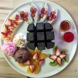 与冰淇凌的水果的木炭多士 免版税库存图片
