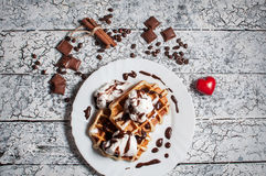 与冰淇凌,巧克力,在木背景的咖啡的比利时华夫饼干 日重点言情s st华伦泰 免版税图库摄影