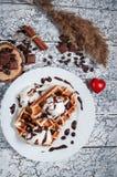 与冰淇凌,巧克力,在木背景的咖啡的比利时华夫饼干 日重点言情s st华伦泰 库存图片