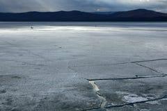 与冰漂泊的春天风景在湖 免版税库存照片