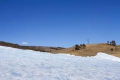 与冰的一个美丽如画的风景在贝加尔湖岸在Olkhon海岛上的在山和天空背景的冬天 库存照片