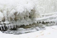 与冰的一点小瀑布 免版税库存照片