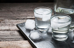 与冰的伏特加酒在小玻璃 免版税库存图片