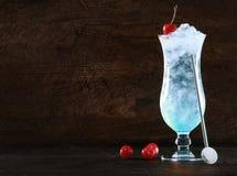 与冰的典雅的蓝色库拉索岛鸡尾酒 库存照片