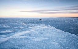 与冰的冬天风景在冻海 免版税库存图片