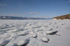 与冰的冬天风景 免版税库存照片