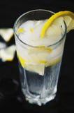 与冰的冷的柠檬水 免版税库存图片