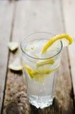 与冰的冷的柠檬水 免版税图库摄影
