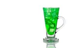与冰的刷新的绿色泡沫腾涌的软饮料在透明玻璃 免版税库存图片