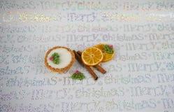 与冰的发光的银色圣诞节食物摄影图片肉馅饼季节性香料肉桂条橙色切片霍莉和莓果 免版税图库摄影