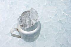 与冰的容器 免版税图库摄影