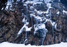 与冰的岩石 免版税库存照片