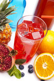 与冰的异乎寻常的红色饮料 免版税库存照片