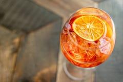 与冰的意大利开胃酒` aperol stpritz `和切片桔子 库存照片