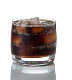 与冰的新近地倾吐的黑暗的苏打在玻璃 库存照片