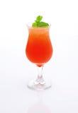 与冰的新鲜,红色在白色背景的鸡尾酒和薄菏 免版税库存图片