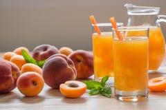 与冰的杏子和桃子汁 免版税库存照片