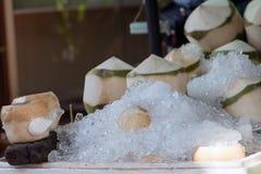 与冰的椰子在街道报亭的桌上 库存照片