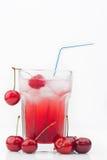 与冰的樱桃鸡尾酒  免版税库存图片