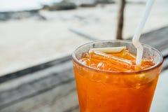 与冰的橙色鸡尾酒在与秸杆的玻璃 与冰的橙汁在玻璃 免版税图库摄影