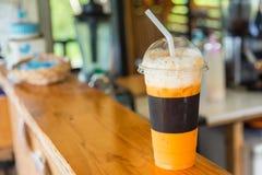 与冰的甜点冷却的泰国茶饮料在商店柜台backgro 库存图片