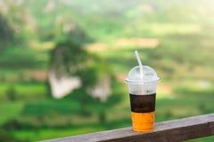 与冰的甜点冷却的泰国茶饮料在自然本底 免版税库存图片