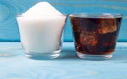 与冰的碳酸化合的饮料 糖内容的概念在变甜的饮料的 免版税库存照片