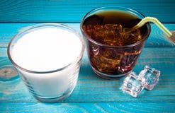 与冰的碳酸化合的饮料 糖内容的概念在变甜的饮料的 免版税图库摄影