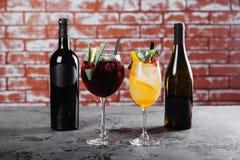 与冰的红色和白葡萄酒桑格里酒 免版税库存照片